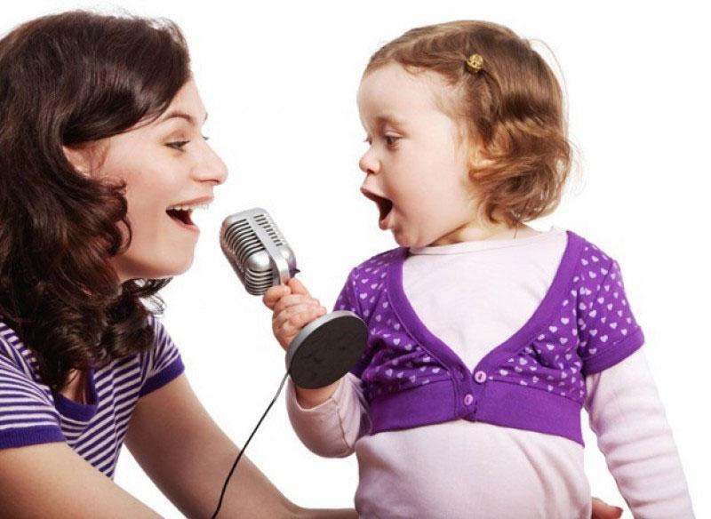 có nên cho trẻ hát karaoke hay không