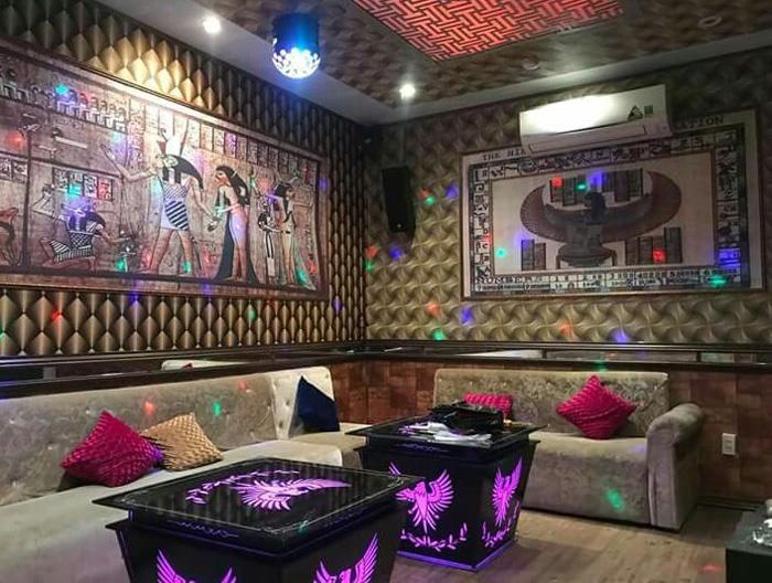 Trang trí phòng karaoke gia đình bằng tranh dán tường